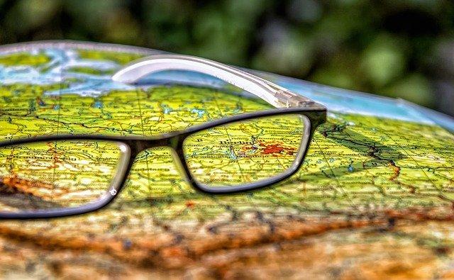 Topografische Karte von Deutschland mit Brillenglas, das Berlin zeigt.