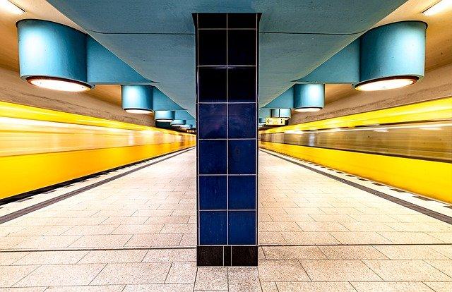 Selbst der neue Berliner U-Bahnhof wirkt hier auf diesem Bild wie moderne Kunst.